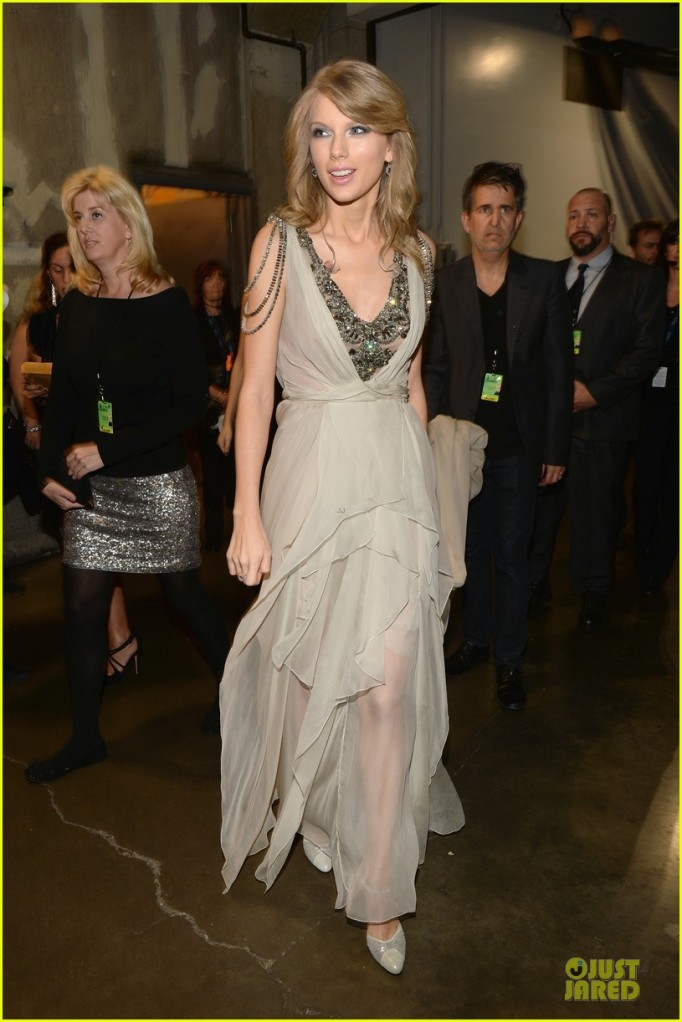 taylor-swift-performs-all-too-well-at-grammys-2014-video-01