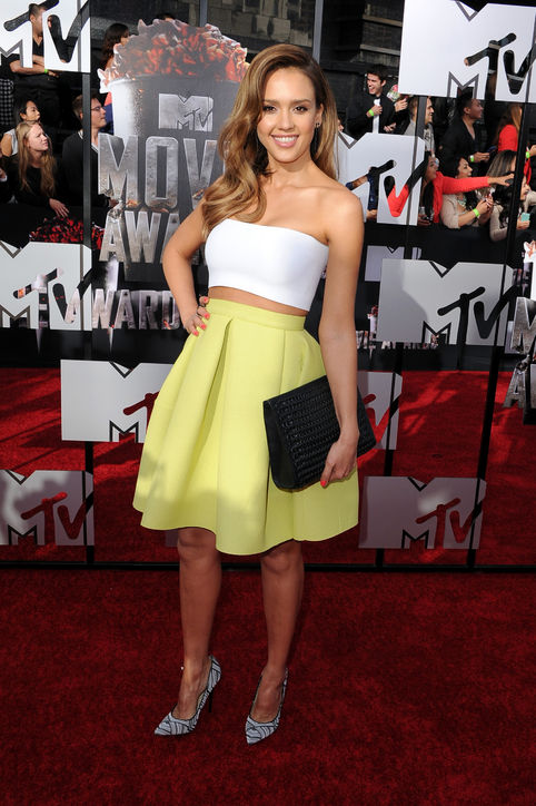 jessica-alba-mtv-movie-awards-white-bandeau-top-yellow-skirt-h724